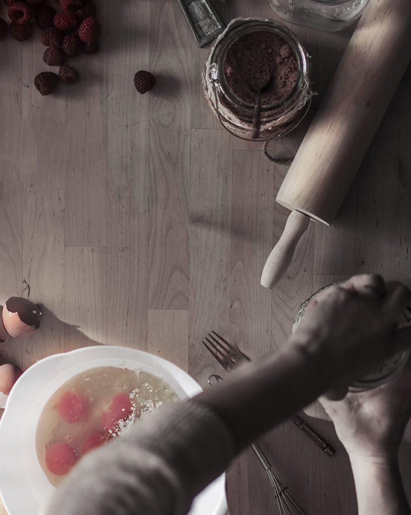 Preparacion clafoutis frutos rojos fotografia gastronomica