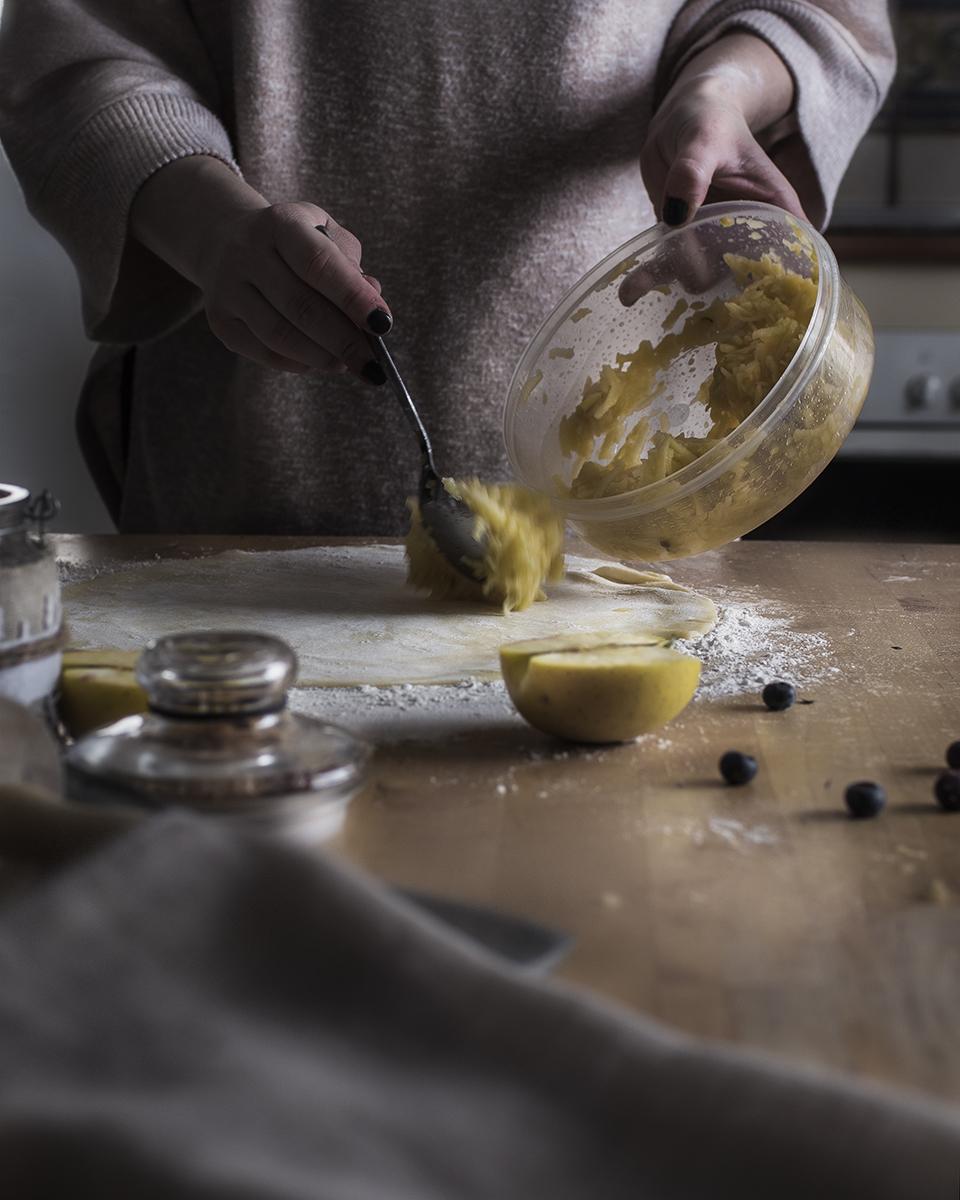 Preparacion tarta manzana fotografia