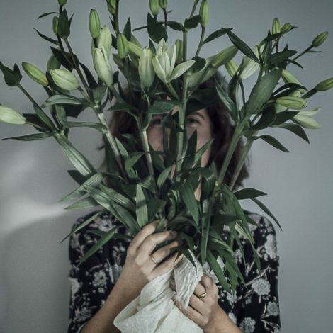 Lifestyle con flores y Virginia Abascal