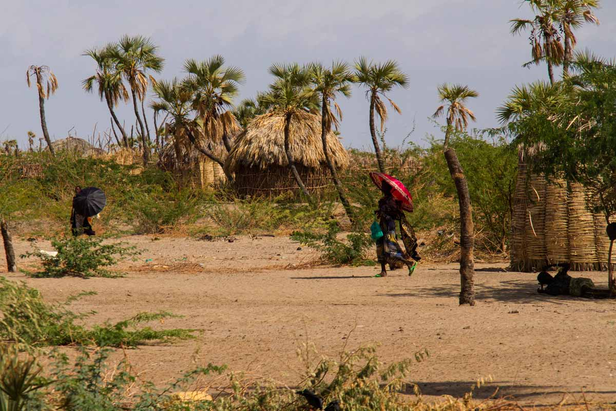 Lago Turkana aldea al sol