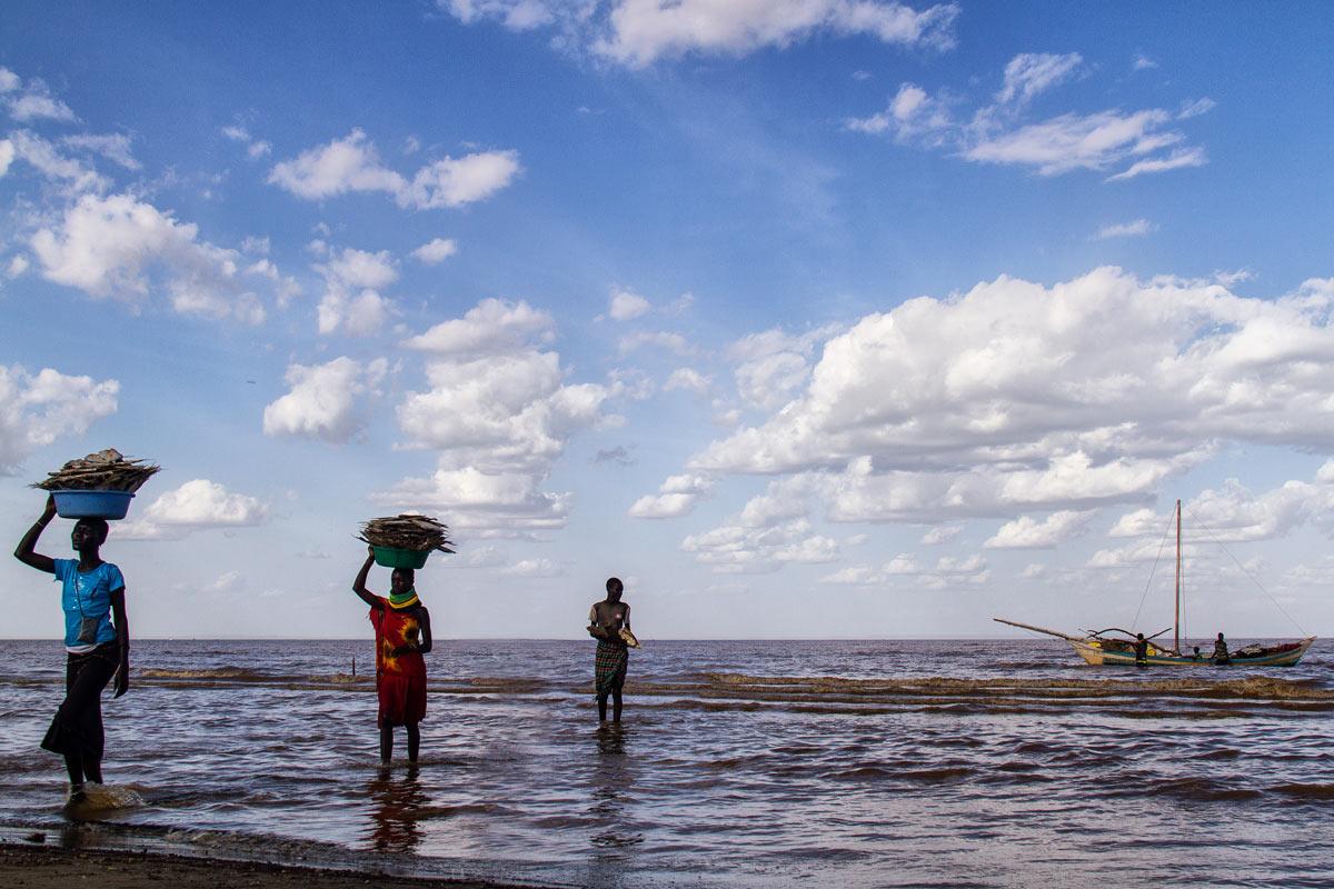 Mujeres llevando pescado en el Lago Turkana