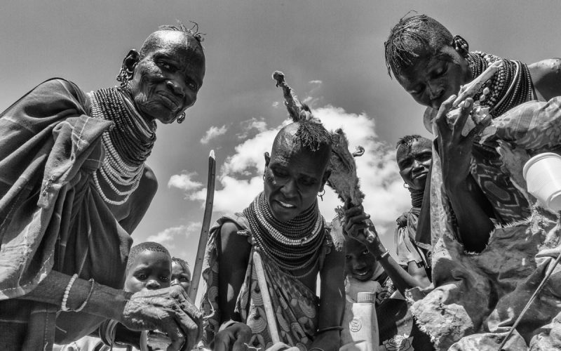 Fiesta Turkana esperando comida
