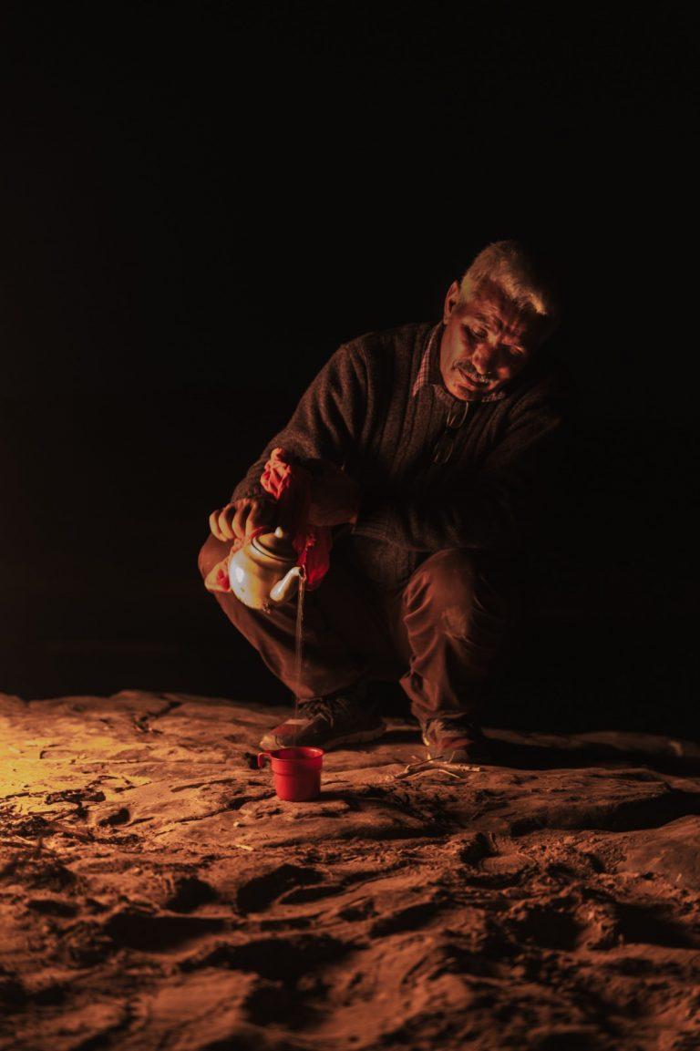 Bereber haciendo te a la menta Marruecos