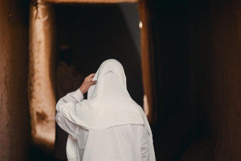 Hombre saliendo de misa en el Sahara
