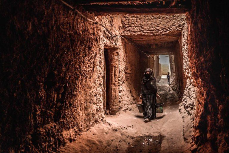 Mujer bereber en pueblo de barro Sahara