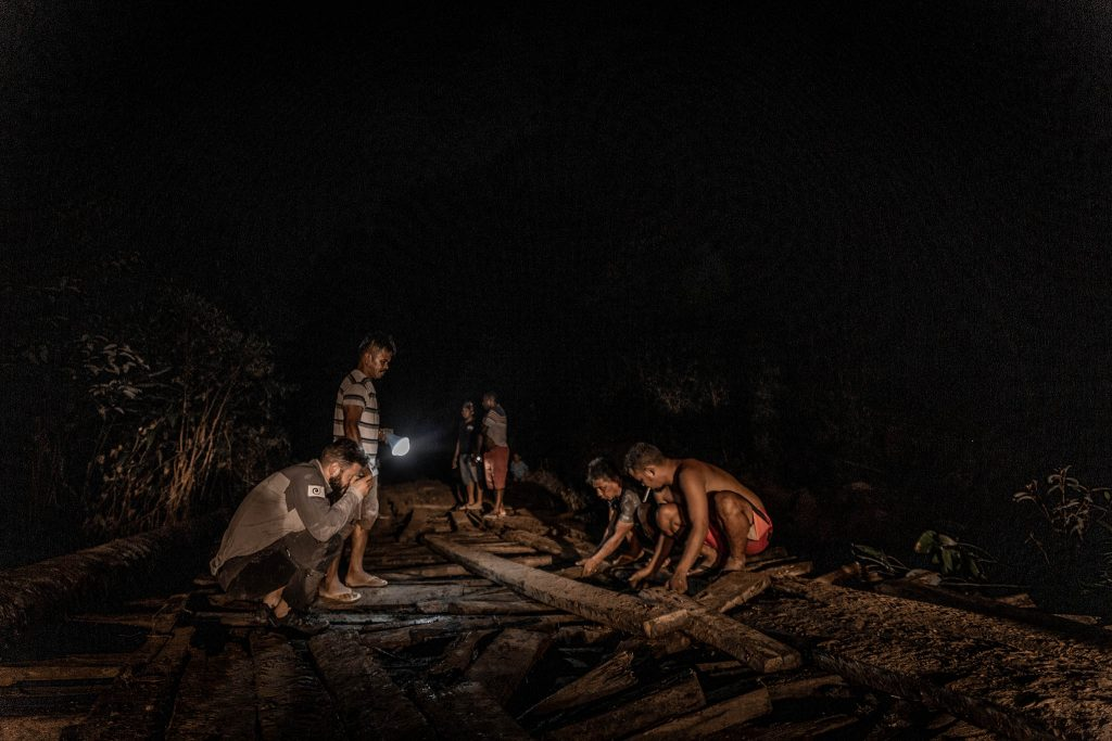 Arreglando el puente en Papua