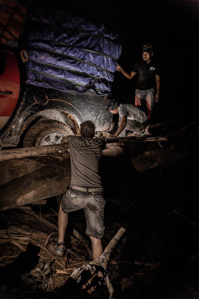 Arreglando la rueda en Papua