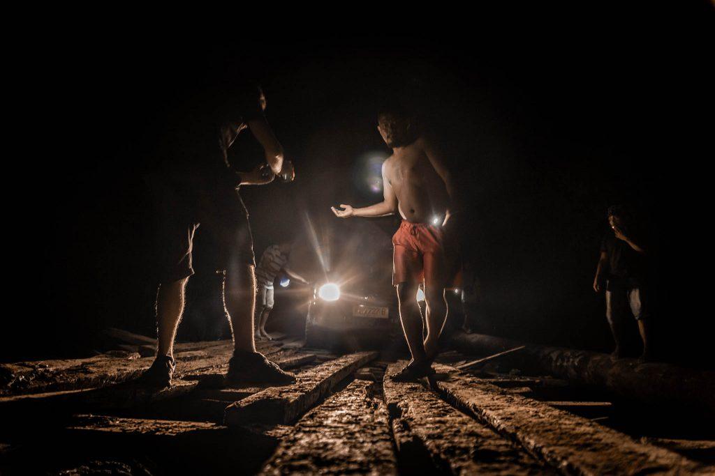 Dirigiendo el coche en el puente Papua