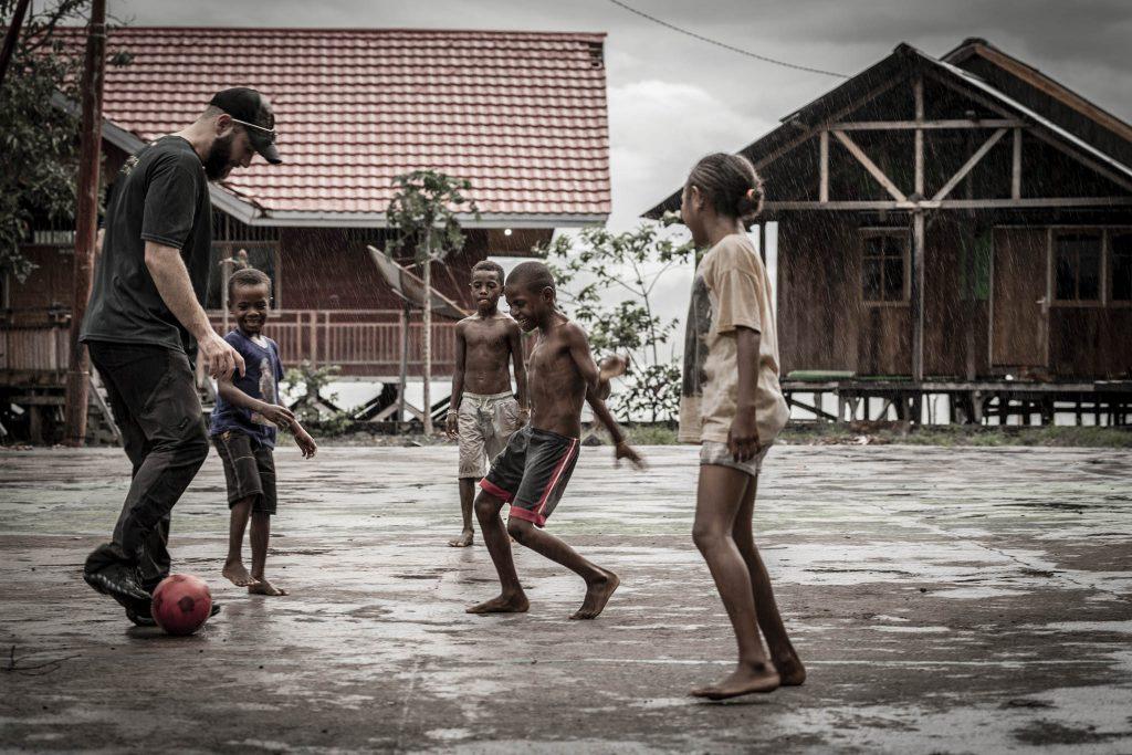 Lago Sentani niños jugando