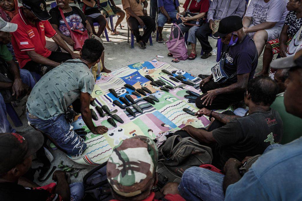 Negociacion de la piedra de jade negro Papua