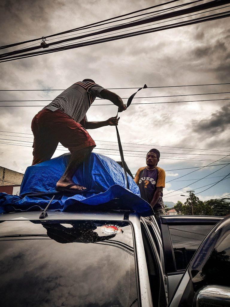 Preparando el coche para la Expedicion Papua