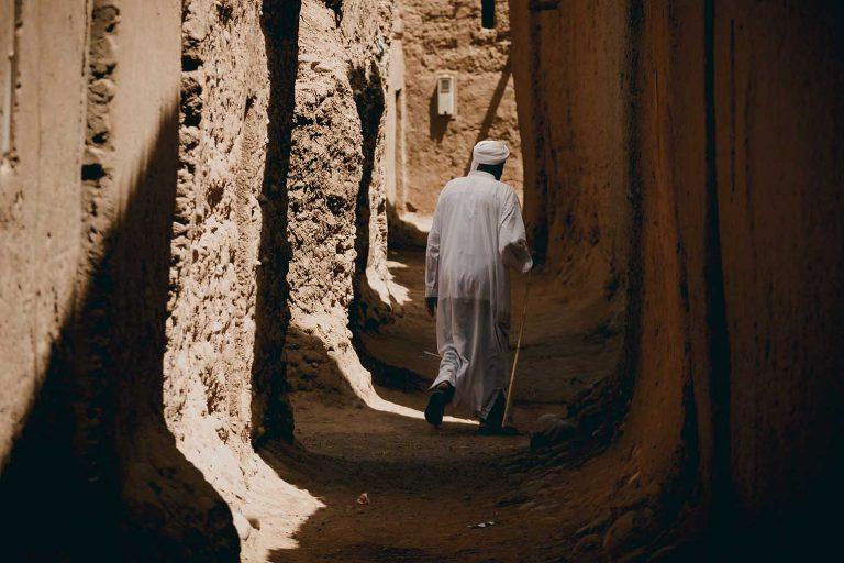 Hombre caminando por el pueblo en Ouled Driss