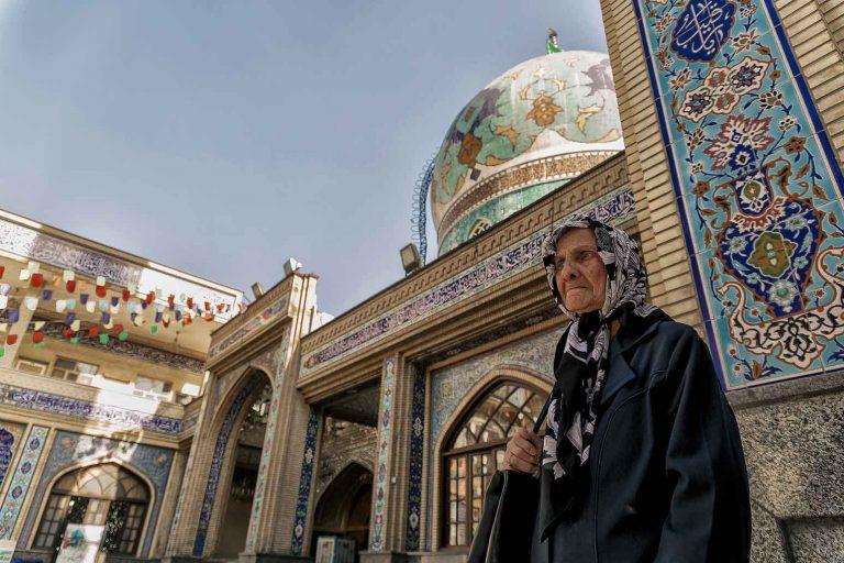 Mujer en Imamzadeh Saleh Teheran